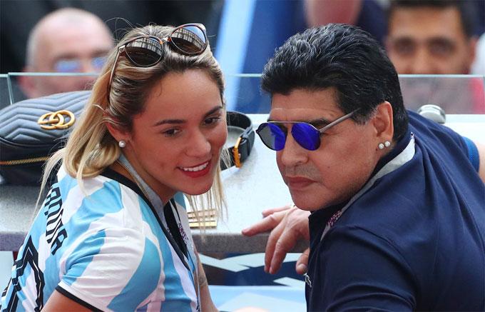 Cựu huyền thoại Argentina đến sân cùng bạn gái Rocio Oliva.