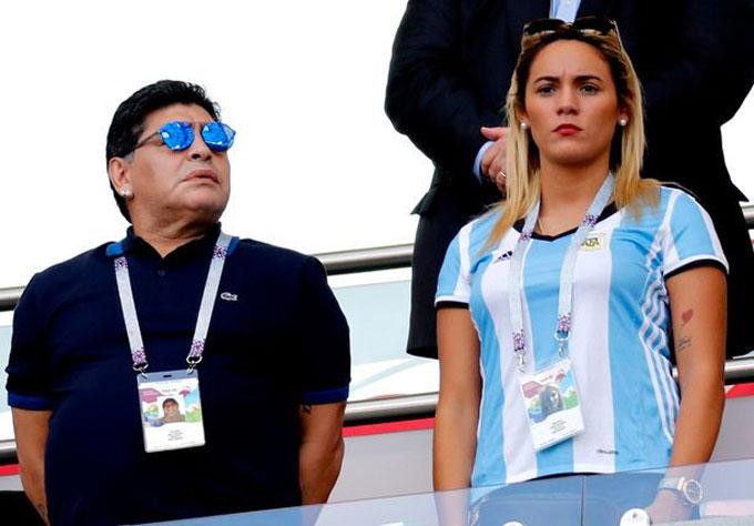 Rocio Oliva là người tình của Maradona từ năm 2013. Cô kém Cậu bé vàng 30 tuổi. Mối tình đũa lệch bị con gái Maradona phản đối quyết liệt từ nhiều năm qua.