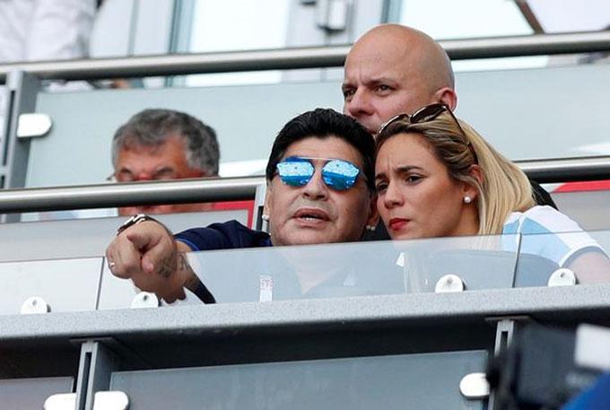 Maradona quấn quýt người tình trẻ...