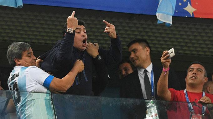 Trước đó, Maradona gặp rắc rối khi giơ ngón tay thối về phía CĐV Nigeria. Vì hành động này, cựu tiền đạo bị FIFA tước vai trò đại sứ.