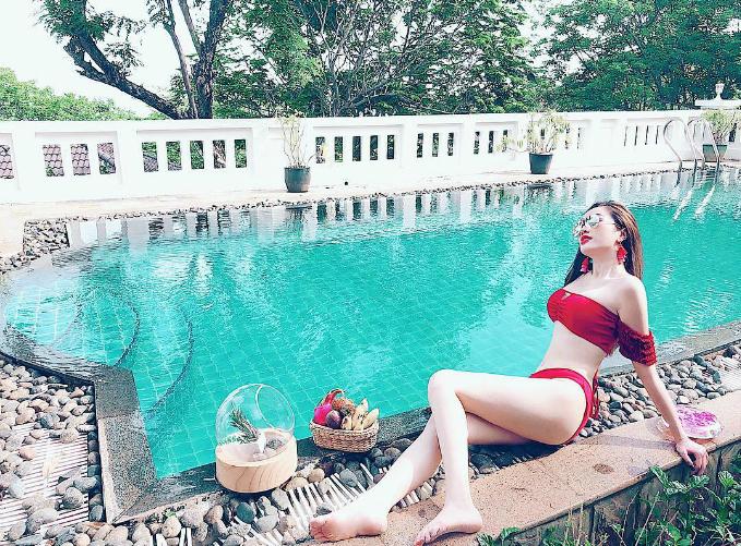 Bảo Thy diện bikini đỏ, khoe body nóng bỏng bên hồ bơi.