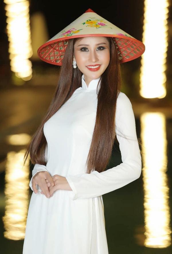 Gặp sự cố về trang phục trước chung kết, cô phải mặc áo dài trắng đơn giản dự thi trang phục dân tộc.