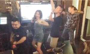 Hòa Minzy 'quẩy' tưng bừng khi hát karaoke