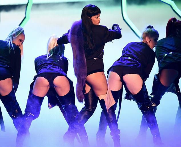 Rihanna diện bodysuit siêu ngắn cùng dàn vũ công nữ đang nhảy sexy. Video này sau khi được khai quật đã lan truyền chóng mặt trên mạng xã hội. Biểu cảm gương mặt của Kanye và cách rapper lơ cả cô vợ bốc lửa để xem Rihanna biểu diễn đã khiến các fan không nhịn nổi cười. Một tài khoản bình luận: Tôi muốn được một ai đó nhìn tôi giống như Kanye nhìn Rihanna.