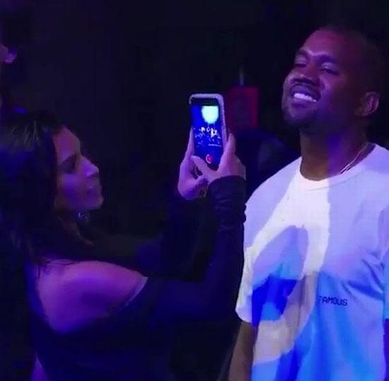 Kanye West không ngừng nở nụ cười và nhìn Rihanna đắm đuối. Thậm chí anh không màng quan tâm Kim đang quay video mình.