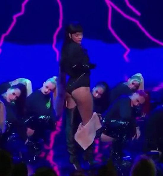 Một video hài hước vừa được tiết lộ quay lại cảnh Rihanna trình diễn bốc lửa trên sân khấu MTV Video Music Award 2016 khiến cho chồng Kim ngẩn ngơ đứng xem từ khu vực khán giả.