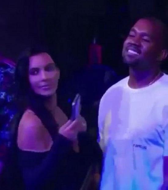 Khi bị vợ đứng chắn trước mặt, Kanye vẫn không rời mắt khỏi Rihanna và thậm chí còn nghiêng sang bên để theo dõi tiếp. Hành động khác thường này của Kanye khiến Kim phải dừng quay và ngó lên sân khấu xem điều gì đã khiến chồng bị hớp hồn đến vậy.