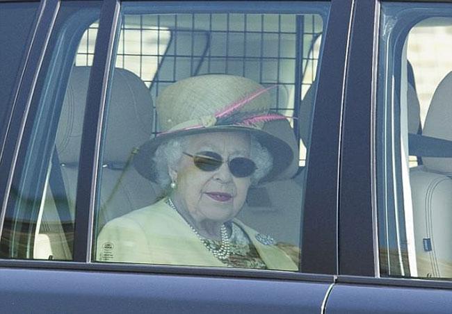 Nữ hoàng đeo kính đen sau khi phẫu thuật đục thuỷ tinh thể hồi tháng 5. Ảnh: Mark Large.