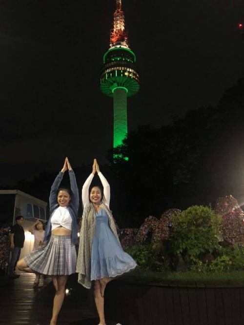 Ốc Thanh Vân thích thú tạo dáng chụp hình cạnh tháp Namsan ở Seoul, Hàn Quốc.
