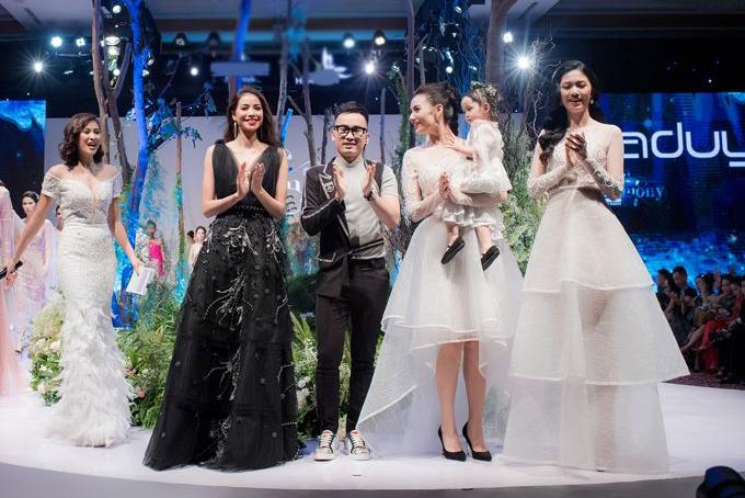 Nhà thiết kế Hà Duy cùng Phạm Hương, Hồng Quế... ra chào khán giả nhưng không có Hương Giang.