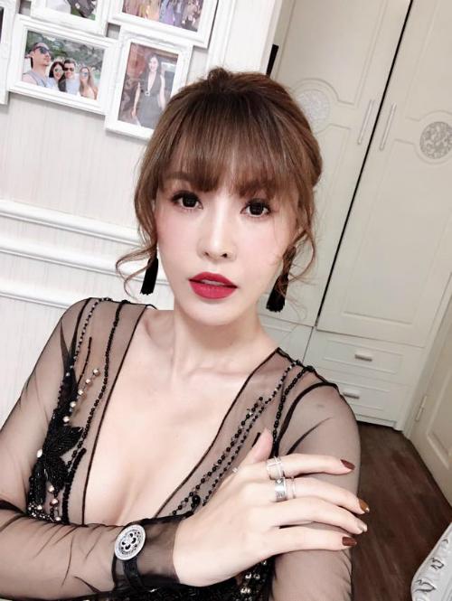 Quế Vân lần đầu xuất hiện với gương mặt khác lạ sau hàng loạt cuộc phẫu thuật thẩm mỹ. Cách đây không lâu,người đẹp sinh năm 1982 công khai hình ảnh sửa mũi lần thứ 6 trên trang cá nhân. Cô cho rằng hình dáng chiếc mũi hiện tại không tốt về phong thủy và rất thích dáng mũi của Song Hye Kyo nên cô đã sang Hàn Quốc quyết tâm sửa mũi cho đến bao giờ ưng ý mới thôi.
