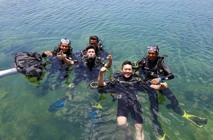 Họ nai nịt cẩn thận, hào hứng khám phá đại dương cùng các thợ lặn chuyên nghiệp.