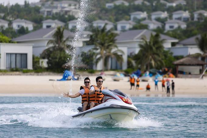 Hai anh em chở nhau trên môtô nước, vi vu một vòng ở biển Nha Trang.