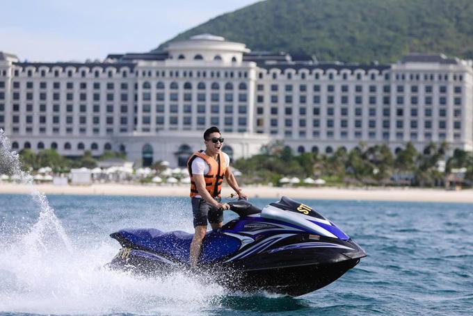 Quốc Cơ lần đầu được lái môtô có vận tốc 100km/h. Thật sảng khoái và hấp dẫn. Được lướt trên mặt biển mà không gặp trở ngại với những con sóng là trải nghiệm tuyệt vời, đúng đam mê của tôi, anh nói.