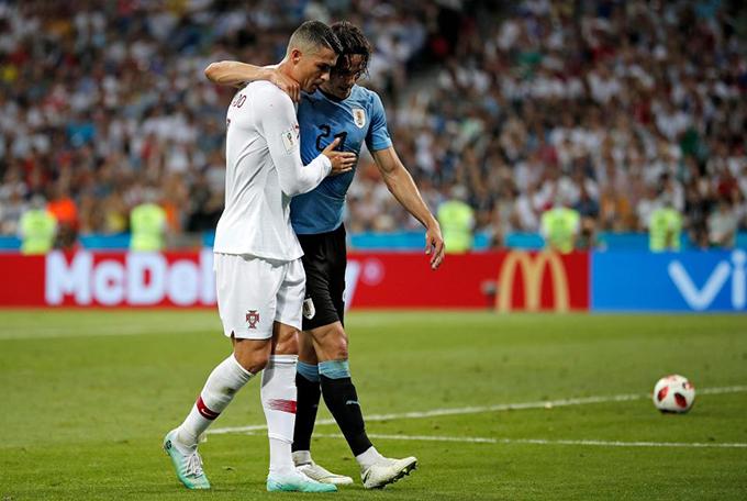 Phút 70 của trận đấu giữa Uruguay và Bồ Đào Nha ở vòng knock-out World Cup 2018, Cavani dính chấn thương sau một pha va chạm. C. Ngôi sao của tuyển Uruguay ra dấu xin thay người do không thể tiếp tục thi đấu. C. Ronaldo thấy Cavani bước đi khó khăn liền chạy tới dìu anh ra sân.