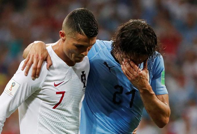 Cavani khoác vai C. Ronaldo. Chân sút tuyển Uruguaytỏ ra thất vọng vì không thể thi đấu đến hết trận.