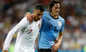 Khoảnh khắc C. Ronaldo dìu Cavani ra sân được cho là đẹp nhất World Cup 2018