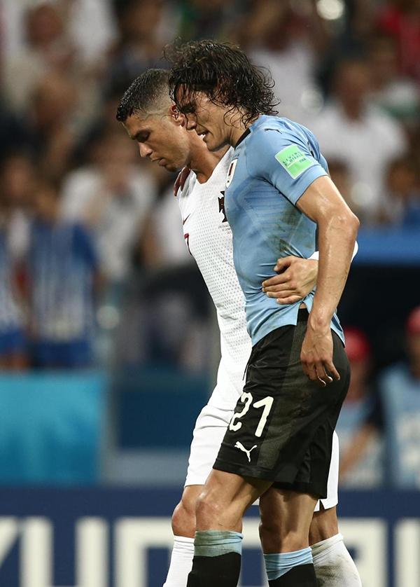 Ronaldo dìu Cavani rời sân, dù có thua, CR7 cũng xứng đáng có được những điểm cộng với hành động đẹp này, một fan khen ngợi siêu sao người Bồ Đào Nha.