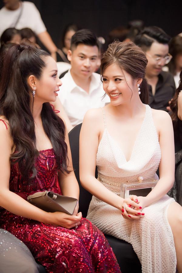Cựu người mẫu Thuý Hằng (trái)