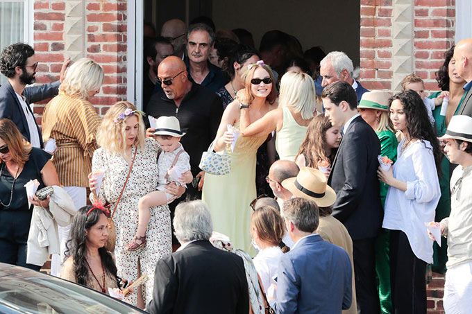 Lily Rose (đeo kính và xách túi màu xanh) dự lễ cưới của mẹ trong khi em trai vắng mặt.