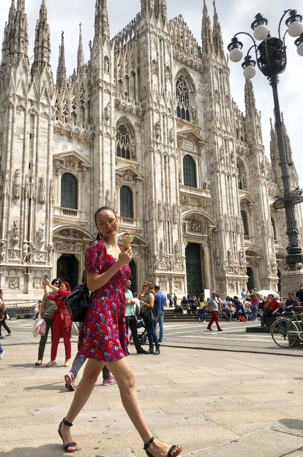 Cô vừa thưởng thức kem vừa thăm thú các công trình kiến trúc tuyệt đẹp tại Italy.