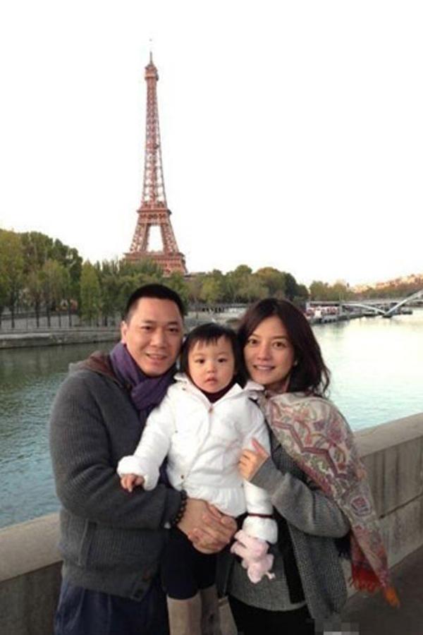 Vợ chồng Triệu Vy cùng con gái nhỏ sang Pháp du lịch.