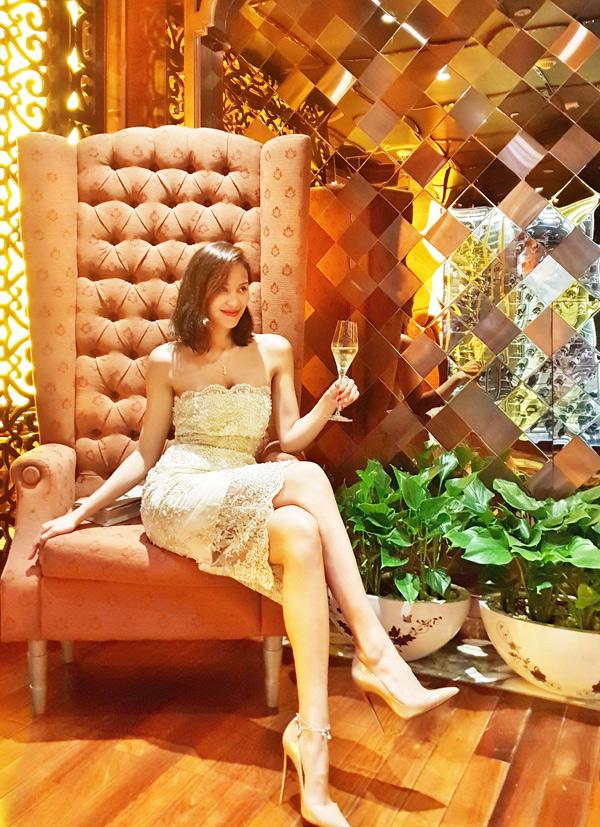 MC Phương Mai vừa tròn 28 tuổi. Cô khoe nhan sắc gợi cảm khi diện váy ren tới một khách sạn 5 sao ở trung tâm TP HCM.