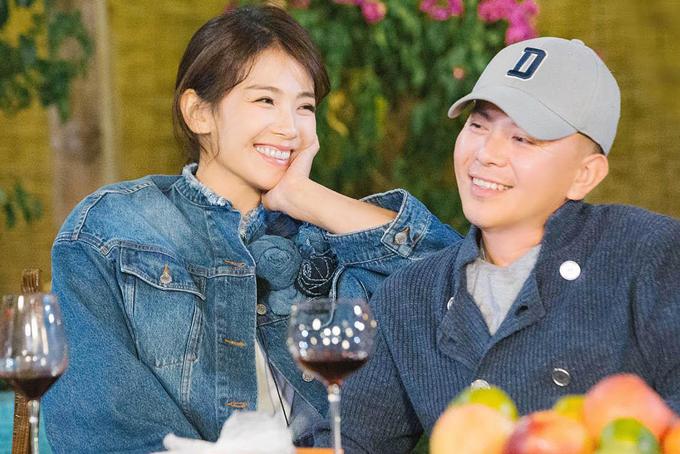 Lưu Đào cùng chồng Vương Kha ghi hình trong một chương trình thực tế.