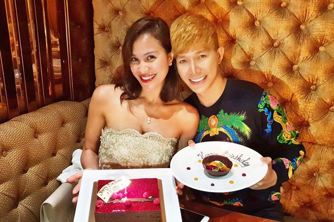 Nathan Lee tặng Phương Mai bánh sinh nhật xinh xắn. Cả hai tình cảm chụm đầu chụp ảnh kỷ niệm.