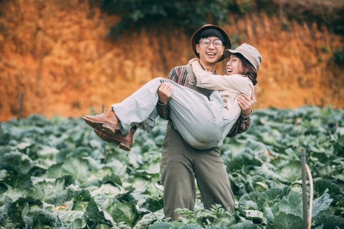 Bộ hình tại vườn bắp cải được thực hiện trong vòng 2 tiếng đồng hồ. Ngoài bối cảnh tại đây, cả hai còn chụp thêm ảnh ở rừng thông Đà Lạt. Chi phí để thực hiện bộ ảnh khoảng 14 triệu đồng.