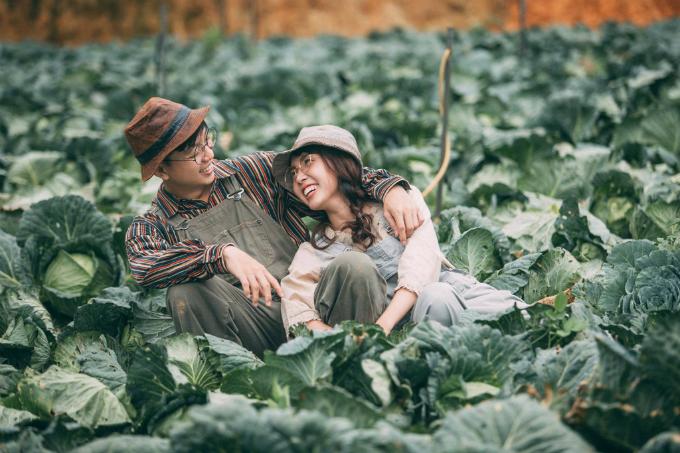 Sau khi đến Đà Lạt, uyên ương và ekip chụp hình mới tìm địa điểm nên họ đã gặp không ít khó khăn. Nông dân không trồng bắp cải đồng loạt như hoa hướng dương hay hoa anh đào, mà có vườn trồng trước, vườn trồng sau. Lúc chúng tôi tìm được vườn đầu tiên, chủ vườn đóng cửa, đến vườn thứ hai thì họ đã thu hoạch hết bắp cải. Khi chúng tôi tìm đến vườn thứ ba, vận may mới mỉm cười, Thùy Trang cho hay.