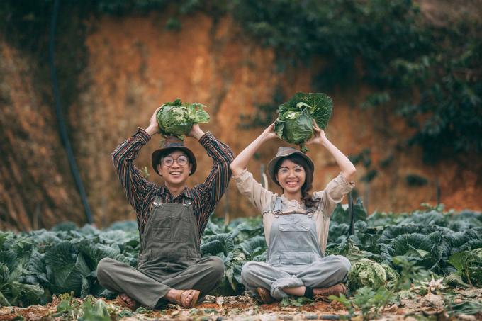 Cô dâu Thùy Trang và chú rể Jay đều 29 tuổi. Mối lương duyên của cả hai bắt đầu khi họ làm phù dâu, phù rể trong đám cưới của bạn thân. Khi nhìn thấy đối phương, đôi trẻ chào nhau và bắt đầu làm quen.