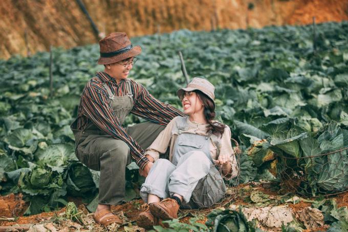 Đôi tình nhân nô đùa trên những khoảng vườn. Họ trò chuyện, tạo dáng tự nhiên. Một số trang phục do cô dâu chú rể tự chuẩn bị, số khác là do ekip chụp hình mang theo, các đạo cụ do nông dân tại vườn hỗ trợ.