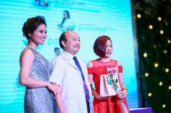 Bác sĩ Nguyễn Đức Thuấn (giữa), phó giám đốc bệnh viện Đa khoa Phương Đông.