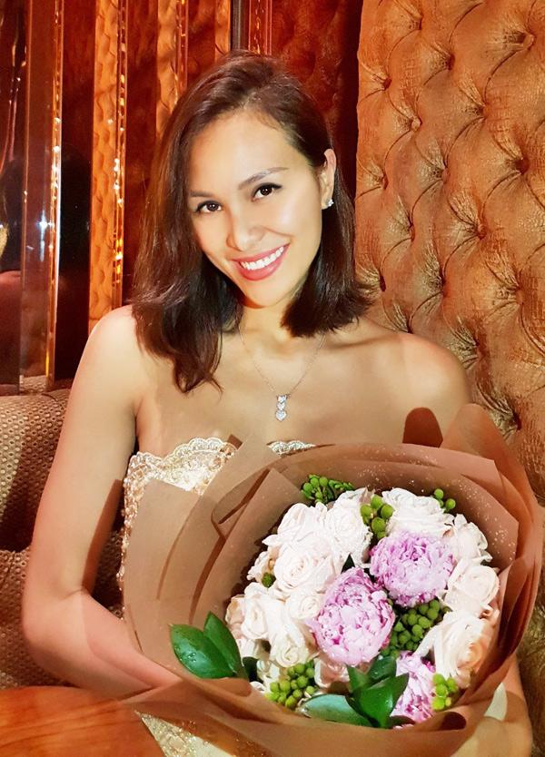 Phương Mai rất thích hoa hồng trắng.