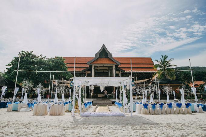 Lễ đường được phối theo tông trắng - xanh.Hôn lễ bãi biển có sự tham gia của 110 vị khách là người thân, bạn bè, đồng nghiệp của uyên ương. Trước ngày cưới, các vị khách được tham gia lặn biển, chụp ảnh dưới nước, vui chơi 3 ngày 2 đêm tại resort theo lời mời của cặp vợ chồng.