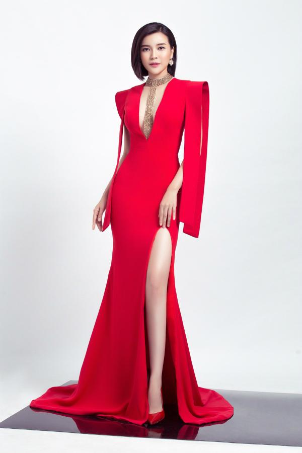 Cao Thái Hà cũng đảm nhận vai trò người mẫu cho bộ sưu tập. Thiết kế màu đỏ khoét ngực và xẻ chântôn lên vóc dángdáng của nữ diễn viên.