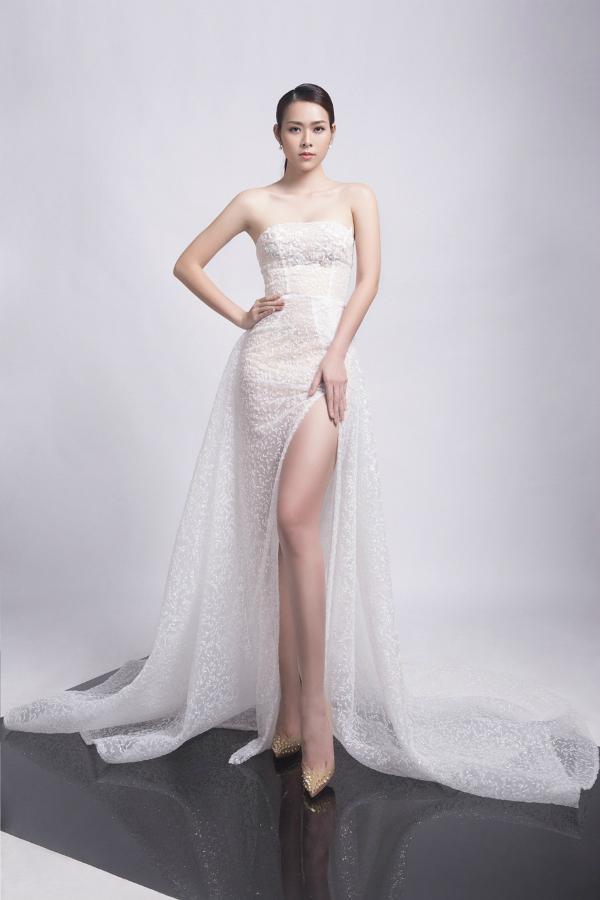 Diệp Bảo Ngọc làm mẫu ảnh trở lại sau 5 năm sinh con. Cô diện những trang phục mới nhất của nhà thiết kếĐức Vincie. Bộ váy dạ hội có chất liệu xuyên thấu và đường xẻ cao giúp người đẹp khoe chân thon.