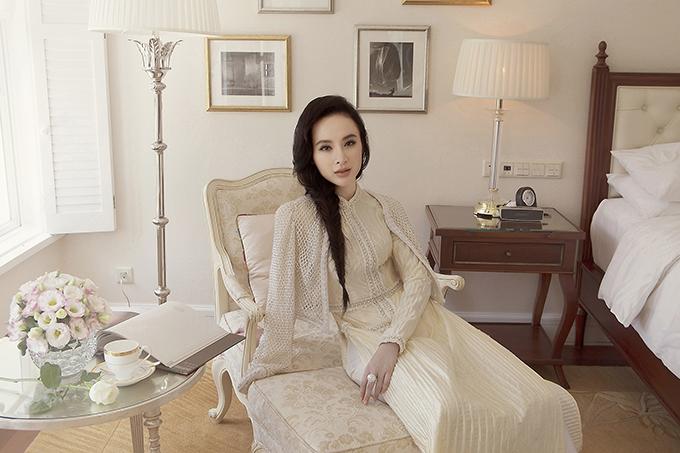 Khác với hình ảnh nóng bỏng, trẻ trung thường thấy, Angela Phương Trinh thể hiện vẻ đẹp đài các trong các mẫu áo truyền thống được trang trí hoạ tiết cầu kỳ.