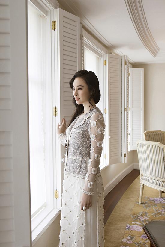 Những tà áo dài cách tân may bằng vải twed phảng phất tinh hoa huyền thoại thời trang lừng danh thế giới.