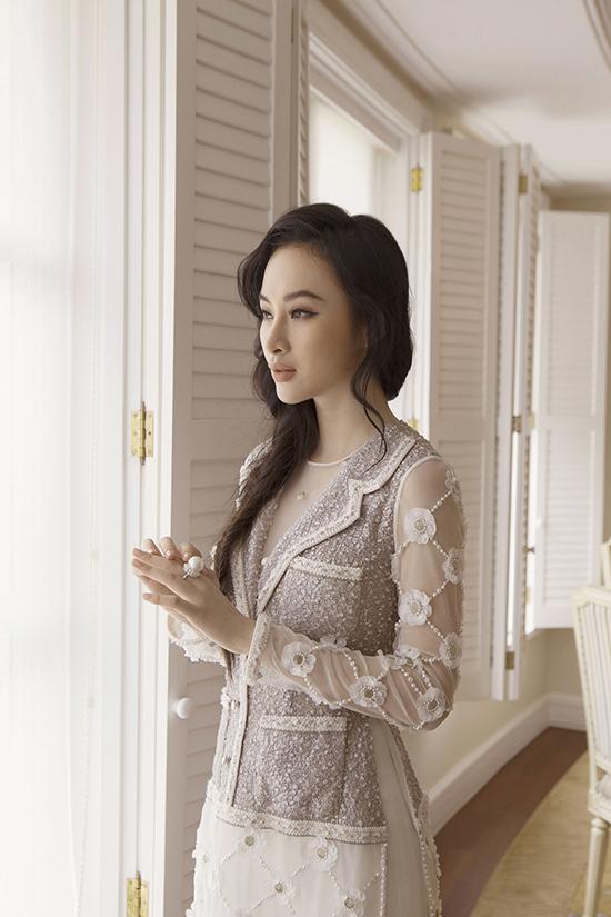 Từng chi tiết nhỏ trên các trang phục đều được chẳm chút một cách kỹ lưỡng để tạo nên hoa văn tinh xảo.