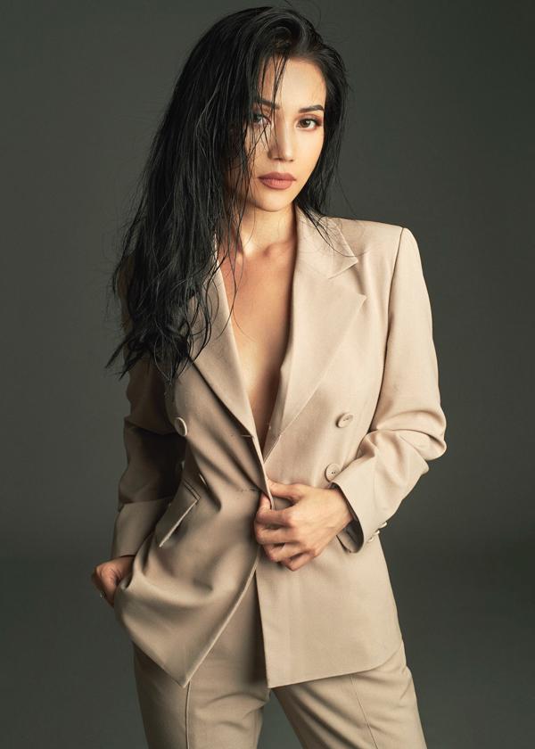 Bộ ảnh được thực hiện với sự hỗ trợ của nhiếp ảnh Nick Nguyễn, trang điểm Kunny Lê, stylistTô Quốc Sơn.