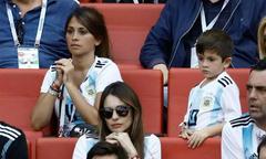 Vợ Messi liên tục chắp tay cầu nguyện trên khán đài