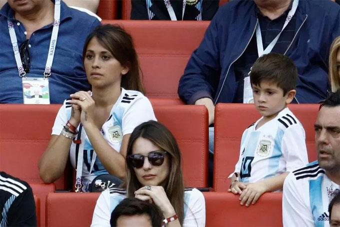 Antonella Roccuzzo có mặt ở Nga cổ vũ chồng và tuyển Argentina tại vòng 16 đội World Cup 2018. Đi theo bà xã Messi là hai quý tử Thiago và Mateo. Cô liên tục chắp tay cầu mong điều kỳ diệu xảy đến với tuyển áo sọc xanh trắng.