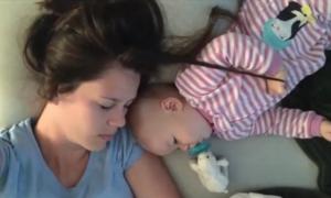 Bé gái tinh nghịch quậy phá giấc ngủ của mẹ