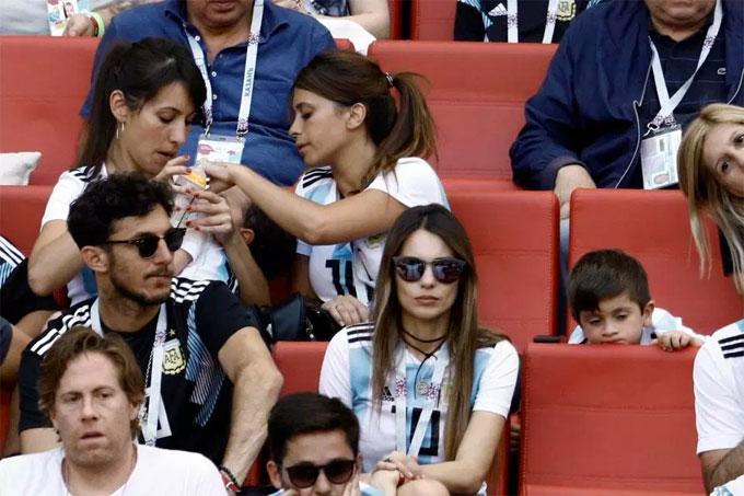 Antonella Roccuzzo và hai cậu con trai diện đồng phục là áo Argentina. Trong khi cậu cả Thiago chăm chú theo dõi trận đấu, cậu hai Mateo ngủ ngon lành trong vòng tay một người thân.