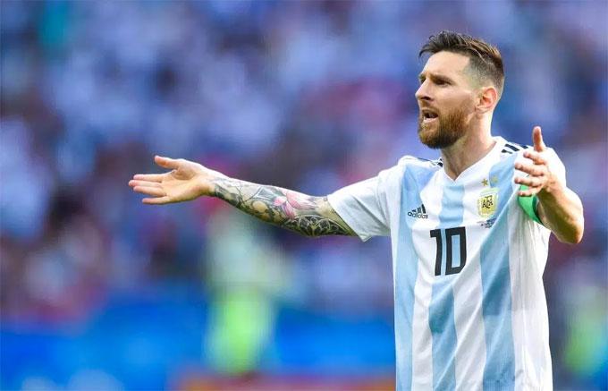 Dưới sân, Messi bị đối thủ khóa chặt, không thể hiện được nhiều. Anh cũng kịp tỏa sáng khi góp dấu giày vào hai bàn thắng của Argentina. Một lần Messi sút bóng đập chân đồng đội Mercado, đến cuối trận anh chuyền bóng chính xác để Aguero đánh đầu rút ngắn tỷ số 3-4.