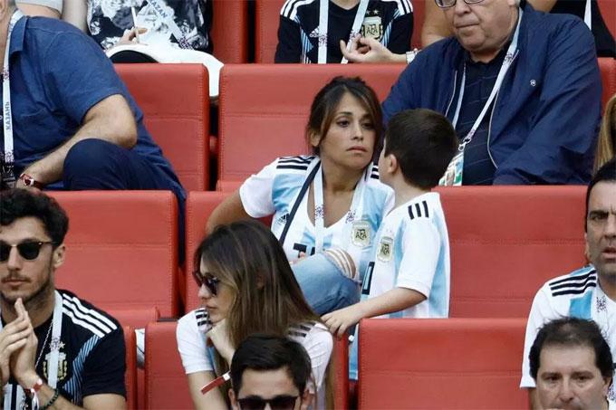 Cùng quê Argentina với Messi, Antonella Roccuzzo sớm rời nhà theo bạn trai tới Tây Ban Nha lập nghiệp. Mùa hè năm ngoái, cặp đôi vừa tổ chức đám cưới ở quê nhà Rosario.Antonella Roccuzzo vừa hạ sinh cậu con trai thứ ba Ciro cho Messi.