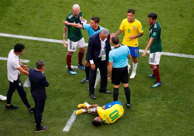 Phút 72, Neymar lăn lộn trên sân sau tình huống va chạm với cầu thủ Mexico. Anh ôm chân tỏ ra rất đau đớn.