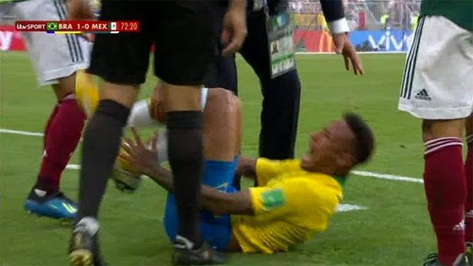 Neymar cho rằng đối thủ cố ý giẫm vào chân anh khi lấy bóng đưa vào cuộc.